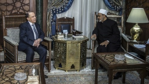 Egypt's Grand Imam of al-Azhar Sheikh Ahmed Mohamed al-Tayeb (R) receives Lebanese President Michel Aoun at his office in Cairo on February 13, 2017. / AFP PHOTO / KHALED DESOUKI