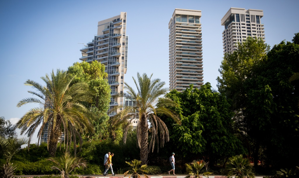 View of the luxury towers in the HaTzameret neighborhood of Tel Aviv. September 22, 2016. (Miriam Alster/Flash90.)