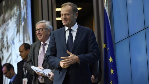 EU Commission President Jean-Claude Juncker (L) and European Council President Donald Tusk (R) arrive for a press conference after the second day of a European Summit at the EU headquarters in Brussels, Belgium, on March 10, 2017. (AFP/John Thys)