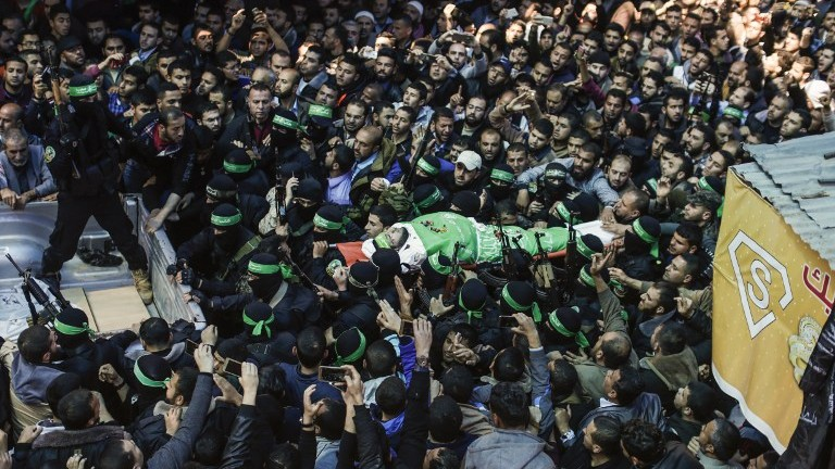 The body of Hamas official Mazen Faqha is carried by members of the Ezzedine al-Qassam Brigades, the military wing of Hamas, during his funeral in Gaza city on March 25, 2017. (AFP PHOTO / MAHMUD HAMS)
