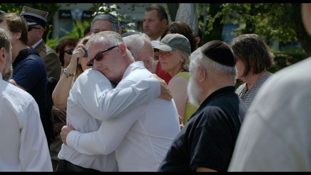 A family member of Kielce pogrom victims embracing a family member of one of the Polish perpetrators. (Screenshot, courtesy)