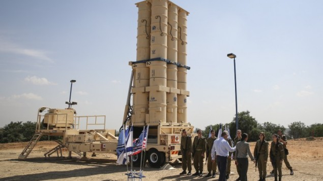 Susan Rice, alors conseillère nationale à la sécurité des Etats-Unis, devant les missiles Arrow 2 à la base Palmachim de l'armée de l'air israélienne, le 9 mai 2014. Illustration. (Crédit : Hadas Parush/Flash 90)