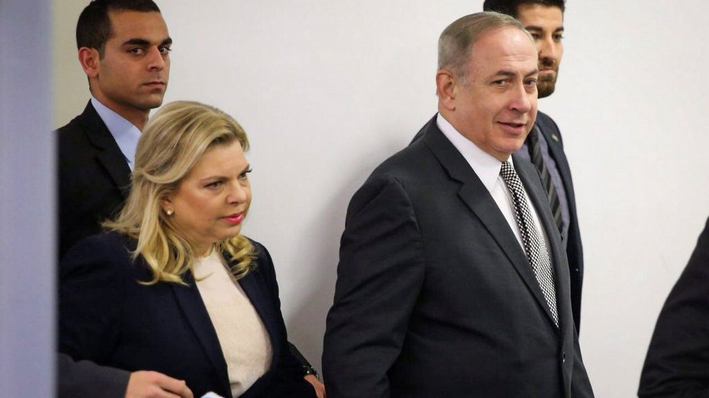 Prime Minister Benjamin Netanyahu and his wife Sara are seen as they enter the Tel Aviv Magistrate's Court on March 14, 2017. (Moti Kimchi/Pool)