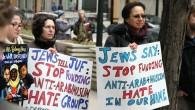 Les membres de l'organisation Jewish Voice for Peace  au Jewish United Fund de Chicago protestant contre le fait que les fonds donnés par les donateurs du JVP aillent à des groupes jugés islamophobes, le 24 mars 2017 (Crédit : Inbal Palombo)