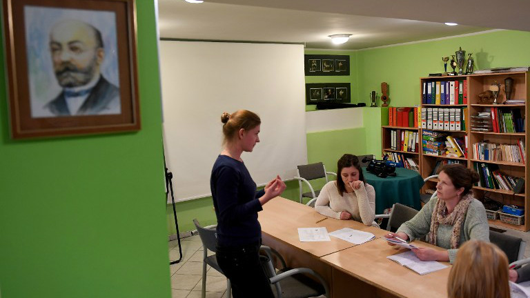 Esperanto teacher Iwona Zalewska instructs a class of students learning the language of Esperanto in Bialystok, eastern Poland, on April 5, 2017.(Janek SKARZYNSKI / AFP_