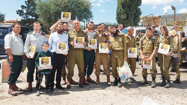 BL02-F-soldiers-and-matza-IMG_8466