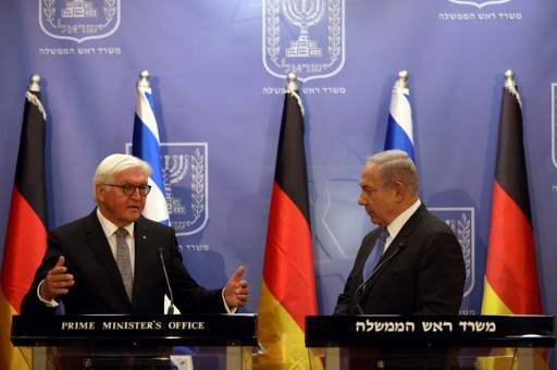Prime Minister Benjamin Netanyahu (R) with German President Frank-Walter Steinmeier at a joint press conference in Jerusalem, May 7, 2017. (AFP Photo/Pool/Ronen Zvulun)