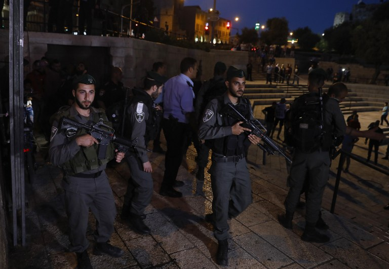Israeli border guards secure the scene of a reported stabbing attack carried out by a Palestinian girl at Damascus Gate, a main entrance to Jerusalem's Old City, on May 7, 2017. (Menahem Kahana/AFP PHOTO)