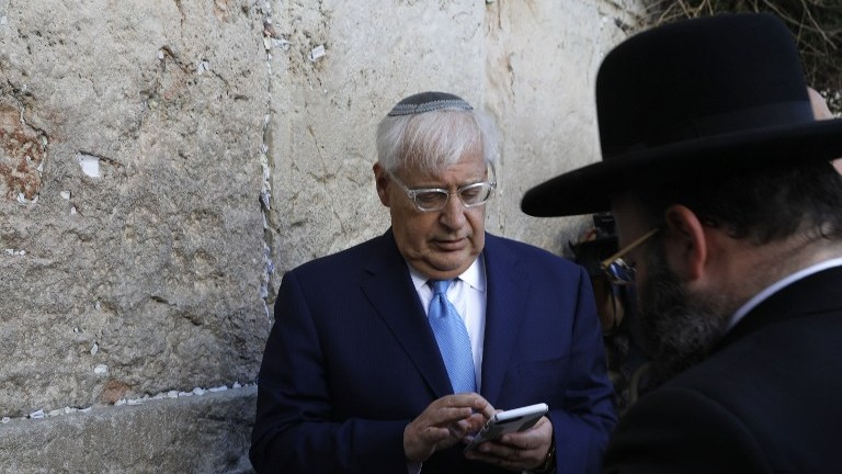 New US ambassador to Israel David Friedman stands next to Rabbi Shmuel Rabinovitch (R) while praying at the Western Wall in the Old City of Jerusalem on May 15, 2017. (AFP Photo/Menahem Kahana)