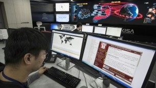 Staff monitoring the spread of ransomware cyberattacks at the Korea Internet and Security Agency (KISA) in Seoul, May 15, 2017. (AFP/ YONHAP)