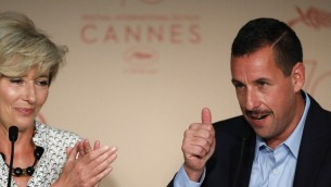 Adam Sandler , à droite, aux côtés d'Emma Thompson durant une conférence de presse pour le film  'The Meyerowitz Stories (New and Selected)' lors du 70ème festival du film de Cannes dans le sud de la France, le 21 mai 2017 (Crédit : Laurent EMMANUEL / AFP)