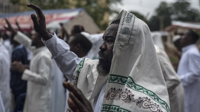 Members of the Indigenous People of Biafra (IPOB) militants and of the Yahveh Yashua Synagogue (Yisraelities Biafra Region) celebrates Shabbat outside the house of the movement's leader Nnamdi Kanu, in Umuahai on May 27, 2017.  (AFP PHOTO / STEFAN HEUNIS)