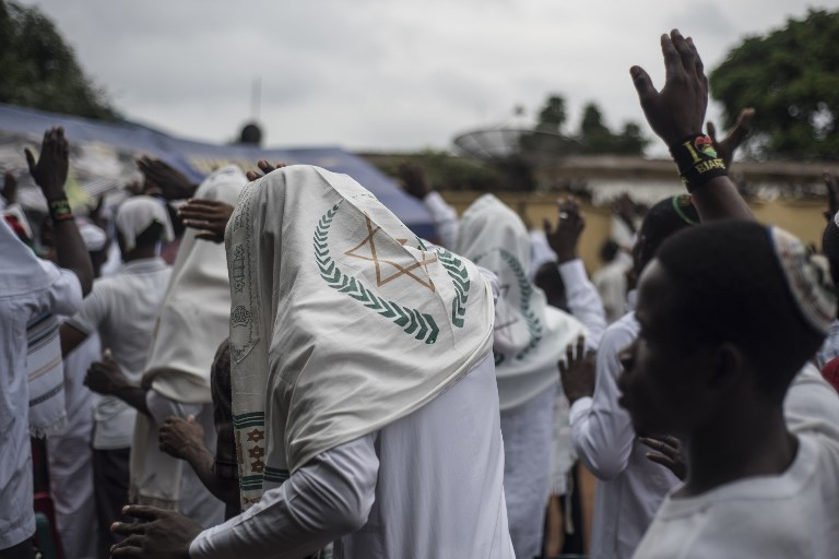 Indigenous People of Biafra (IPOB) militants and members of the Yahveh Yashua Synagogue (Yisraelities Biafra Region) celebrate Shabbat outside the house of the movement's leader Nnamdi Kanu, in Umuahai on May 27, 2017.  (AFP PHOTO / STEFAN HEUNIS)