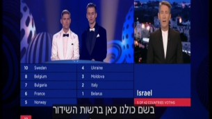 A Channel 1 host (R) announces Israel's scores in the 2017 Eurovision song contest, May 14, 2017. (Screen capture: Channel 1)