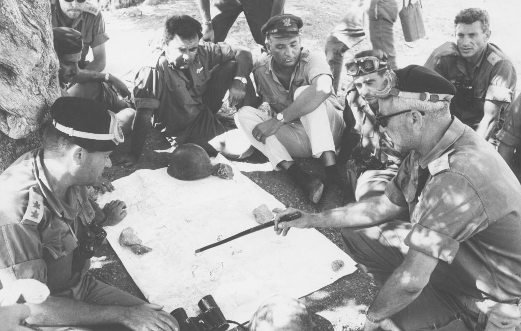 The head of the IDF's Harel Brigade Col. Uri Ben-Ari briefs his commanders on the outskirts of Jerusalem on June 1, 1967. (Defense Ministry's IDF Archive)