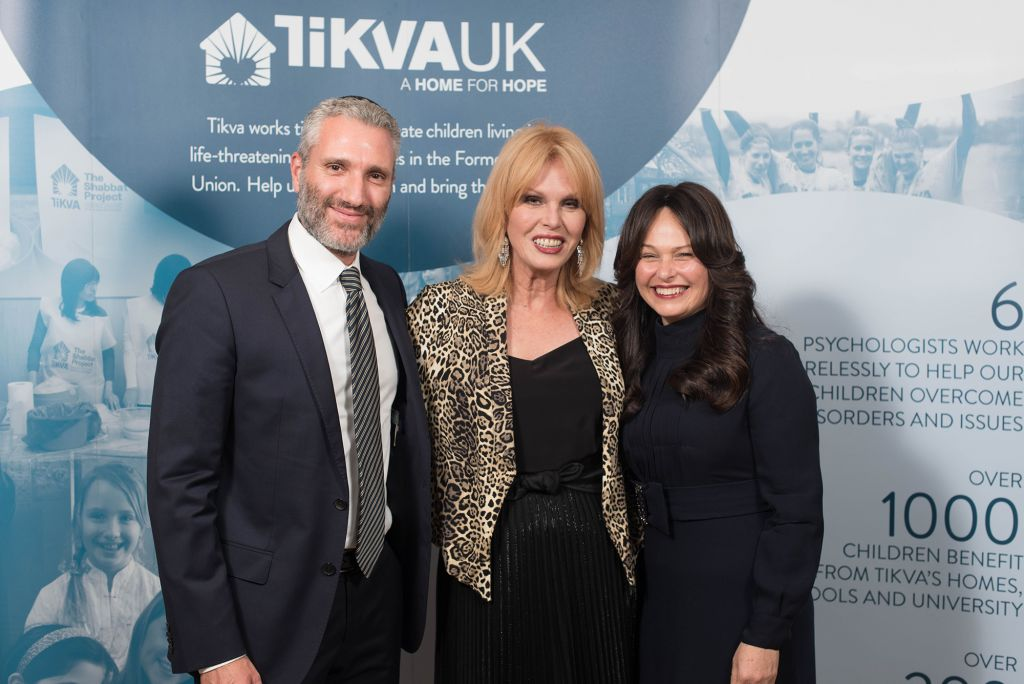 Joanna Lumley (centre) with guests at the Tikvah dinner