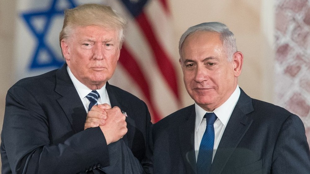 US president Donald Trump, left, and Prime Minister Benjamin Netanyahu shake hands after giving final remarks at the Israel Museum in Jerusalem before Trump's departure, May 23, 2017. (Yonatan Sindel/Flash90)