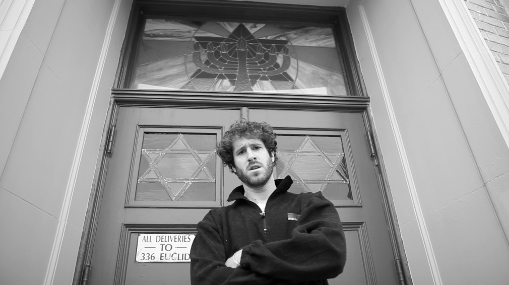 Lil Dicky outside a shul in Brooklyn