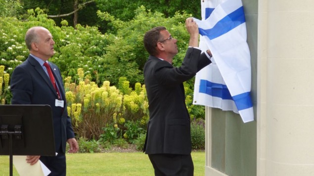 Pix show ambassador removing Israeli flag from pillar of names of the 23 Palmach Jews who died on an SEO operation off the Haifa/Lebanon coast in May 1941.