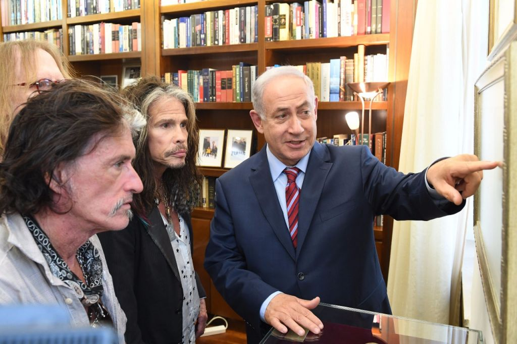 Prime Minister Benjamin Netanyahu (r) with Steve Tyler (c) and Joe Perry of the rock band Aerosmith at the Prime Minister's Office on May 18, 2017. (Kobi Gidon/GPO)