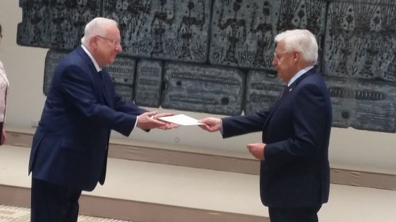 Daniel Friedman, the incoming US ambassador to Israel, presents his credentials to President Reuven Rivlin during a ceremony in Jerusalem on Tuesday, May 16, 2017 (Raphael Ahren/Times of Israel)