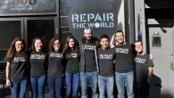 Des membres de l'organisation Repair the World en 2016 devant le siège de  Crown Heights à Brooklyn, à New York. (Crédit : Repair the World/via JTA)