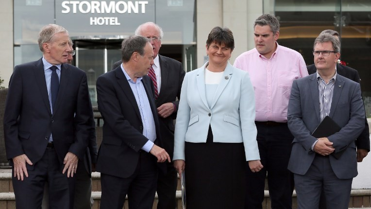 Flanked by her members of Parliament, Democratic Unionist Party (DUP) leader, and former Northern Ireland First Minister, Arlene Foster (C), poses for a photograph outside the Stormont Hotel in Belfast, Northern Ireland, on June 9, 2017, following the result of the general election. (AFP PHOTO / Paul FAITH)