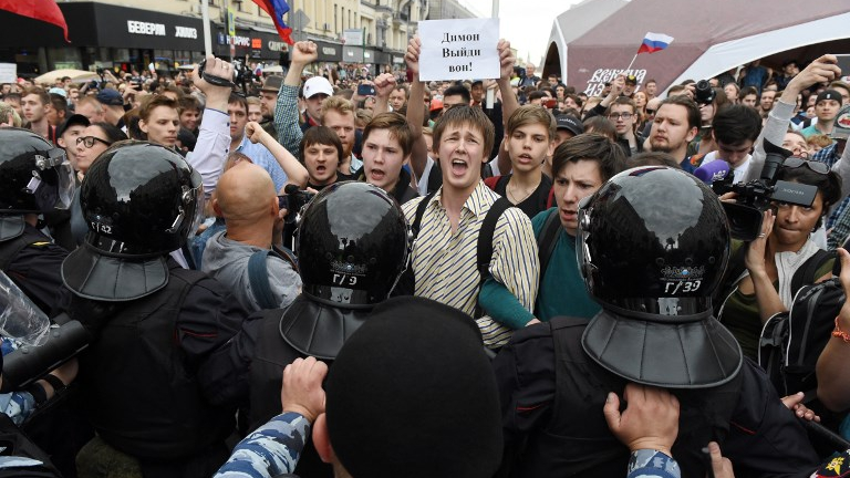 Thousands of anti-government activists protest Putin's rule