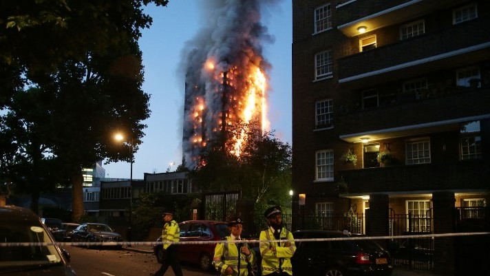 Police man a security cordon as a huge fire engulfs the Grenfell Tower in West London, June 14, 2017. (AFP Photo/Daniel Leal-Olivas)