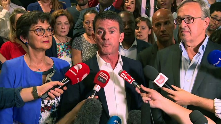 An image grab from an AFP video taken on June 18, 2017 at Evry townhall shows former French Socialist Prime Minister and candidate in the 11th circumscription in the Essonne department Manuel Valls (C) speaking following the announcement of the results of the second round of the French parliamentary elections. (AFP PHOTO / Guillaume BONNET)