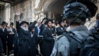 Affrontement entre policiers israéliens et Juifs ultra-orthodoxes pendant une opération d'arrestation d'attaquants de soldats ultra-orthodoxes dans le quartier Mea Shearim de Jérusalem, le 4 juin 2017. (Crédit : Yonatan Sindel/Flash90)