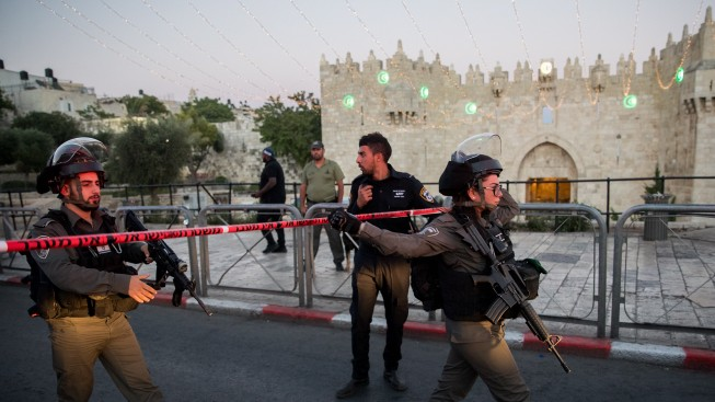 Israeli security forces at the scene of a terror attack near Damascus Gate in Jerusalem on June 16, 2017 (Yonatan Sindel/Flash90)