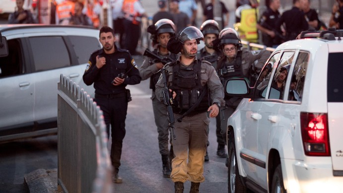 Israeli security forces at the scene of a terror attack near Damascus Gate in Jerusalem on June 16, 2017. (Yonatan Sindel/Flash90)