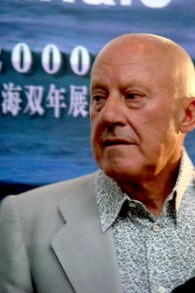 Norman Foster en 2008 (Crédit : CC BY-SA, Andy Miah, WikiMedia Commons)