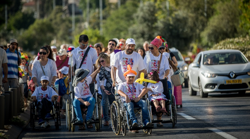 Parents and young cancer patients from Hadassah Ein Kerem march as they protest against Health Minister Yaakov Litzman and Hadassah Ein Kerem Medical Center CEO Zeev Rotstein in Jerusalem, June 7, 2017 ( Yonatan Sindel/Flash90)