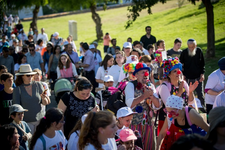 Parents and young cancer patients in the hemato-oncology department at Hadassah Ein Kerem march as they protest against Health Minister Yaakov Litzman and Hadassah Ein Kerem Medical Center CEO Zeev Rotstein in Jerusalem, June 7, 2017 (Yonatan Sindel/Flash90)