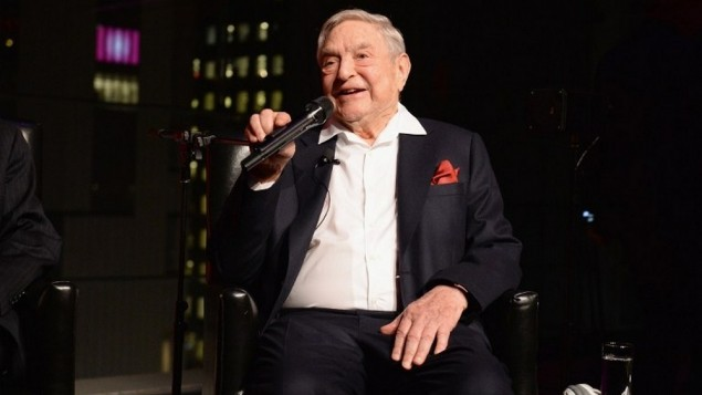 George Soros sur la scène du Lincoln Center, à New York, le 18 avril 2017. (Crédit : Andrew Toth/Getty Images for Physicians for Human Rights/AFP)