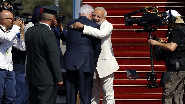 Prime Minister Benjamin Netanyahu (C-L) greets his Indian counterpart Narendra Modi (C-R) during an official ceremony at Ben Gurion International Airport on July 4, 2017. (AFP Photo/Jack Guez)