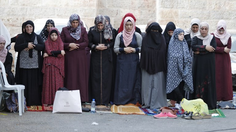 Muslim women pray outside Jerusalem's Old City on July 25, 2017. (AFP Photo/Ahmad Gharabli)