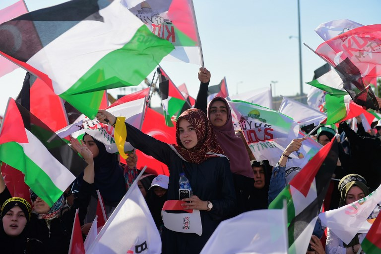 Protesters wave Turkish and Palestinian flags during a demonstration in Istanbul on July 30, 2017, to protest against measures taken by Israel in Jerusalem and to show solidarity with the Palestinians. (AFP PHOTO / YASIN AKGUL)