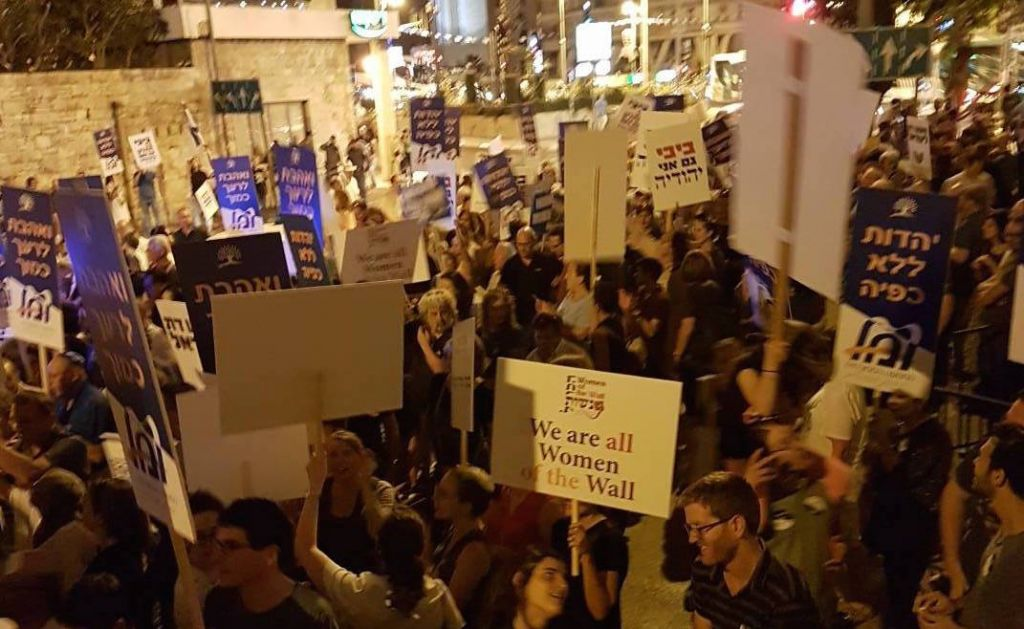 Hundreds protest policy moves against non-Charedi Jews ...