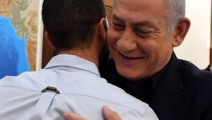 Prime Minister Benjamin Netanyahu on July 25, 2017 meets with security guard 'Ziv,' who shot dead two Jordanians as he was being stabbed by one of them at the Israeli Embassy compound in Amman on July 23. (Haim Zach/GPO)