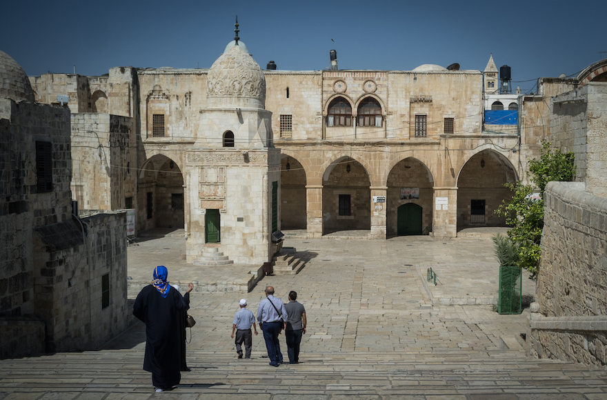 Israel removing detectors from shrine in bid to end standoffs