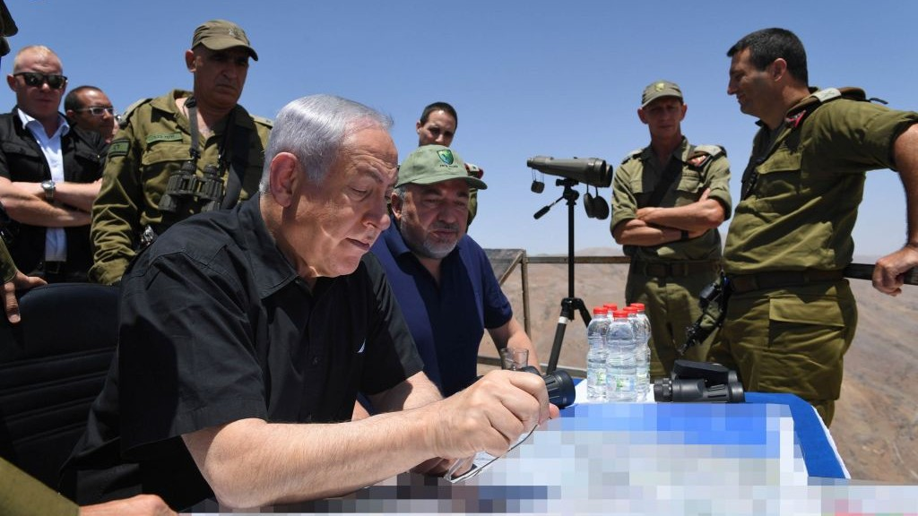 Prime Minister Benjamin Netanyahu and Defense Minister Avigdor Liberman tour the northern border in the Golan Heights, on July 25, 2017. (Kobi Gideon/GPO/Flash90)