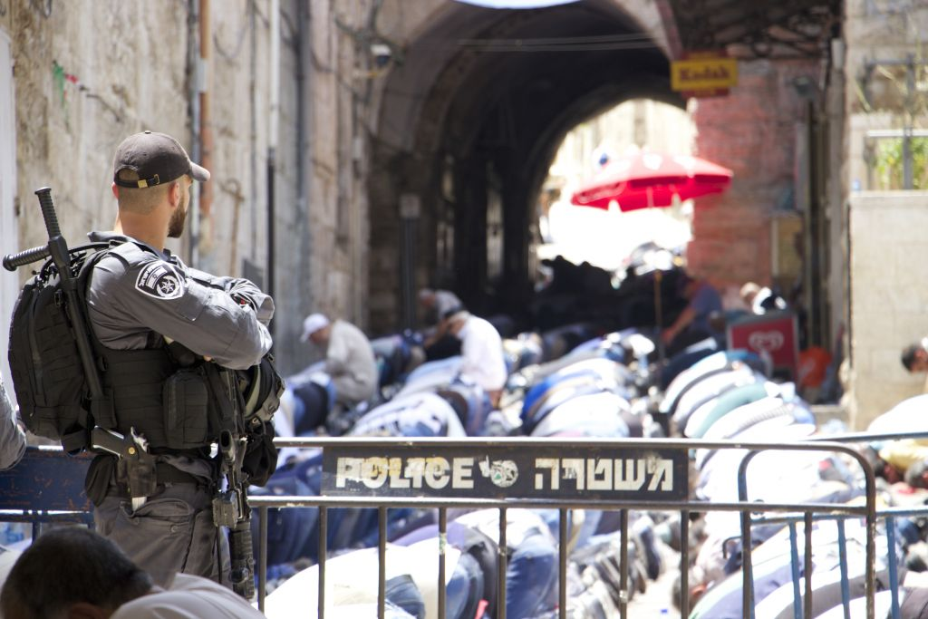 Israeli police install additional iron barriers, corridors outside al-Aqsa mosque