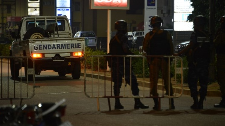 Burkina Faso gendarmes and army forces patrol the steets on August 13, 2017 as soldiers launch an operation against suspected jihadists in Burkina Faso after gunmen attacked a cafe in the capital Ouagadougou. (AFP / Ahmed OUOBA)