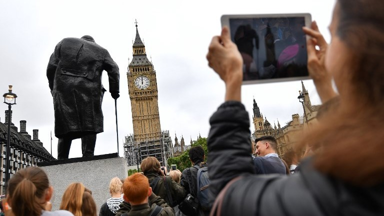 People photograph Elizabeth Tower (Big Ben) in Parliament Square at the Houses of Parliament in London on August 21, 2017, ahead of the final chimes of the famous bell before renovation works begin. (AFP Photo/Ben Stansall)