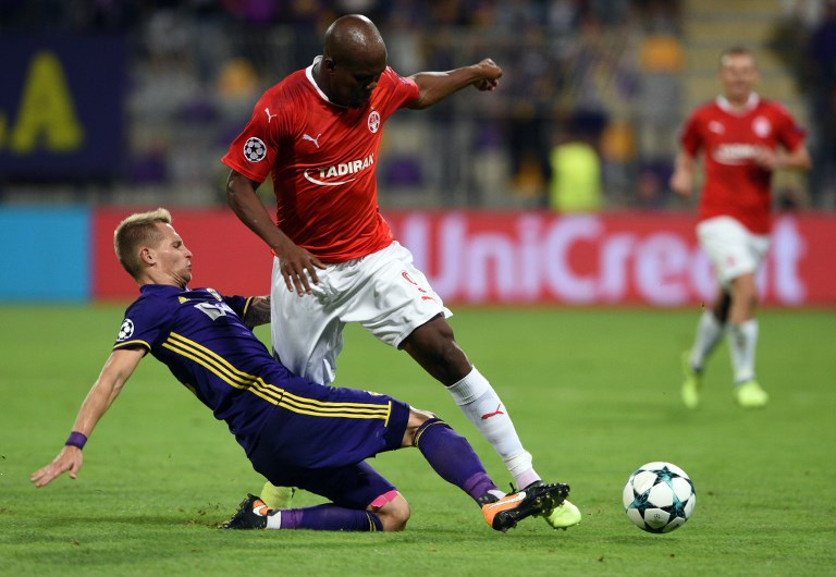 Maribor's Martin Milec (L) vies with Hapoel Beer Shevas Anthony Nwakaeme during the UEFA Champions league qualifying match, August 22, 2017. (AFP Photo/Borut Zivulovic)