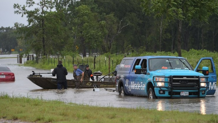Civilian rescuers are seen before they set off on a flooded road to search for survivors in the aftermath of Hurricane Harvey in Cypress, Texas on August 29, 2017. (AFP/Mandel Ngan)
