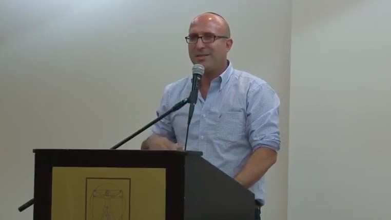 Kobi Eliraz, adviser to the defense minister on settlement affairs addresses the Amana conference on October 21, 2014. (Screen capture/YouTube)